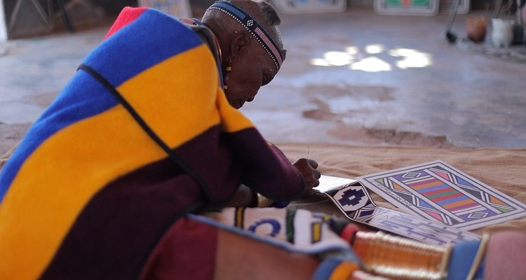 1_DR. ESTHER MAHLANGU PAINTS UNIQUE ARTWORK FOR ROLLS-ROYCE PHANTOM GALLERY